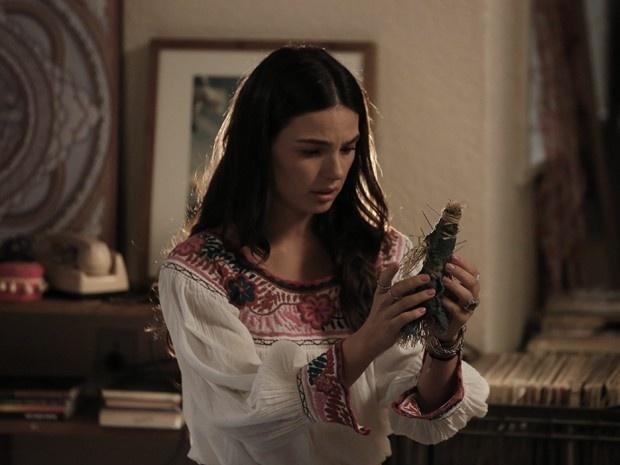 Sandra recebe presente macabro de Carlota