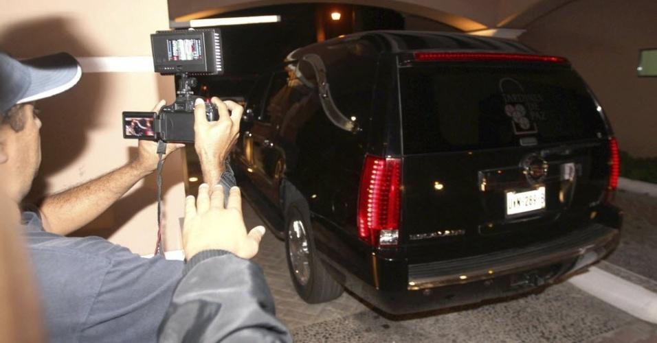 28.nov.2014 - Carro funerário volta à casa de Roberto Bolaños, o Chaves, nesta sexta-feira, em Cancun, no Caribe, para um velório reservado apenas para familiares