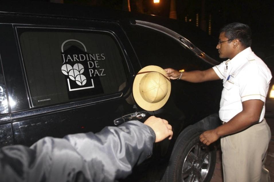 28.nov.2014 - Homem saúda o corpo de Roberto Bolaños, o Chaves, ao voltar para a casa de Cancun, no Caribe, para um velório reservado apenas para familiares, nesta sexta-feira