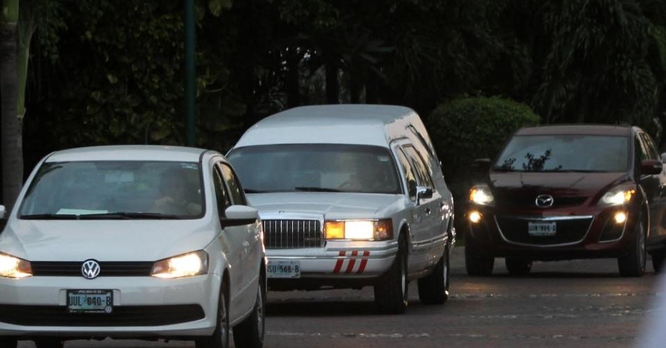 28.nov.2014 - Um carro fúnebre sai da residência do ator Roberto Bolaños, o Chaves, nesta sexta-feira, em Cancun, no Caribe