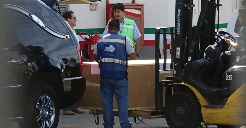 29.nov.2014 - Caixão com o corpo de Bolaños chega ao Aeroporto de Cancun. De lá, será levado para o Aeroporto de Toluca e, em seguida, ao destino final, Cidade do México.