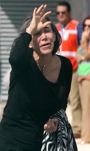 29.nov.2014 - Florinda Meza, mulher de Bolanõs e que interpretava a Dona Florinda, mostra-se muito abalada ao tentar falar com jornalistas, antes do traslado do corpo do marido até a Cidade do México