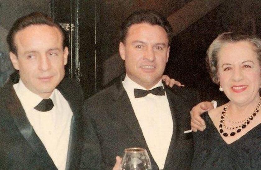 Na foto, Roberto Bolaños, irmão Horácio Gómez Bolaños (intérprete de Godines) e a mãe, Elsa Bolaños durante um casamento de família