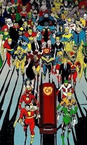 Super-heróis levam caixão de Chapolim. Personagens como Flash, Aquaman, Mulher Maravilha e Fantasma levam o caixão enquanto outros seguem o cortejo