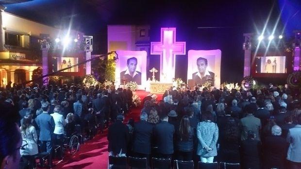 29.nov.2014 - Amigos e familiares participam da primeira cerimônia em homenagem ao comediante Roberto Bolaños nas instalações da emissora Televisa, onde foi improvisada uma capela, na Cidade do México