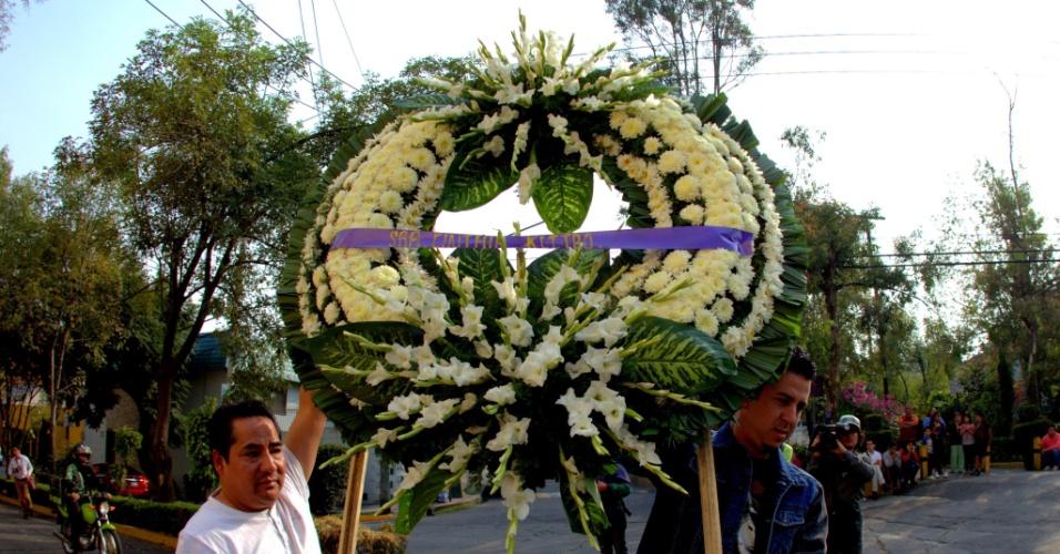 29.nov.2014 - Coroas de flores chegam durante cerimônia religiosa privada, na Televisa, na Cidade do México