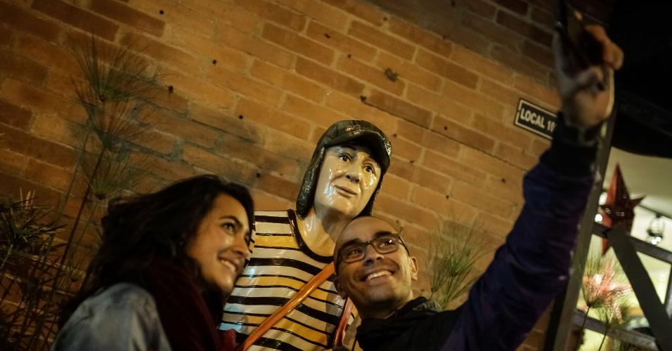 29.nov.2014 - Estátua de Chaves em Bogotá, na Colômbia, vira ponto turístico após morte do comediante Roberto Bolaños