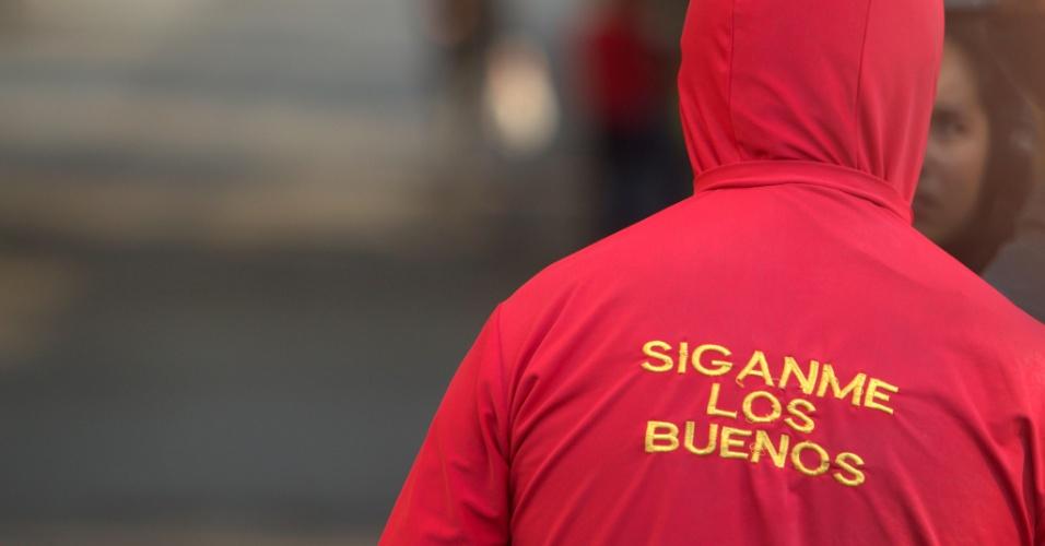 29.nov.2014 - Fã do Chapolin aguarda a passagem do carro com o corpo de Roberto Bolanõs rumo à Televisa, na Cidade do México