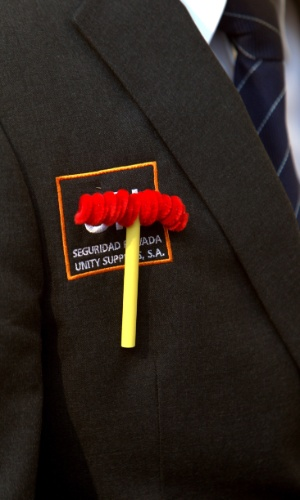 29.nov.2014 - Segurança carrega um broche da marreta do personagem Chapolin, antes da chegada do corpo do comediante Roberto Gómez Bolaños,, para uma cerimônia religiosa privada, na Televisa, na Cidade do México