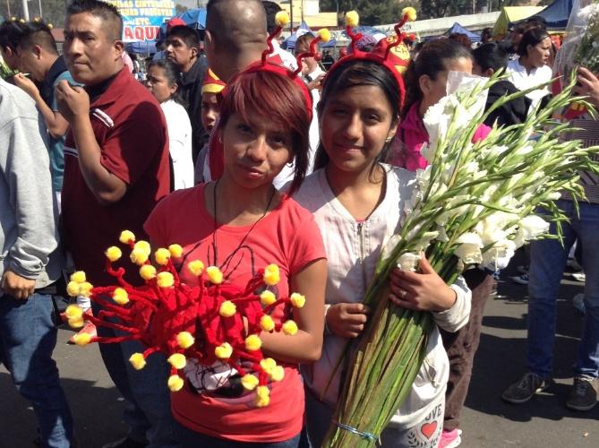 """30.nov.2014 - As vendedoras Wendi e Paola ofereciam tiaras e flores brancas por 10 pesos (algo como R$ 2,00). """"Estou trabalhando, mas também estou triste"""", dizia Wendi. """"Tenho que vender, mas queria era entrar e ver lá dentro. Eu sou fã do Chaves"""""""
