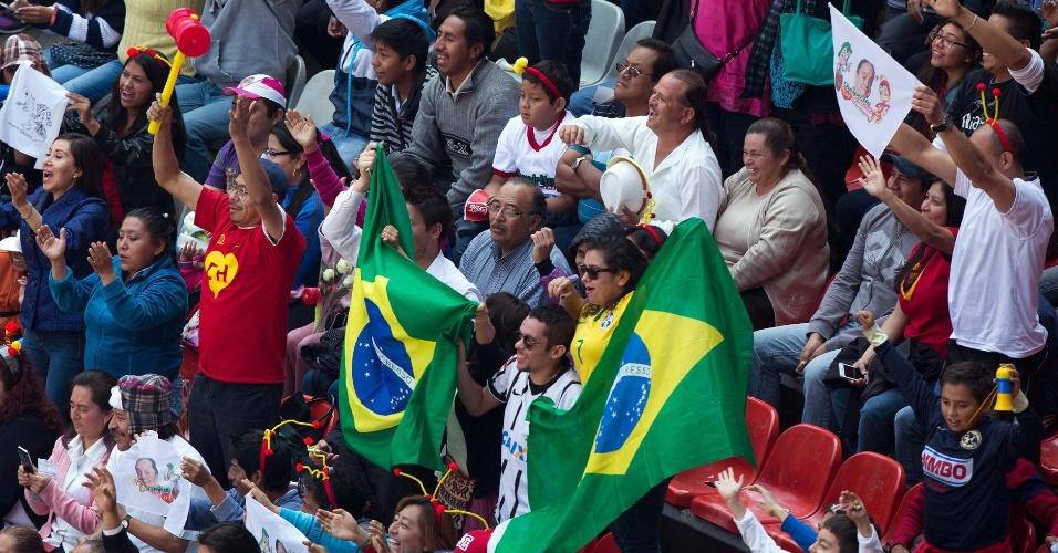 30.nov.2014 - Brasileiros presentes na cerimônia de despedida de Roberto Bolaños, no Estádio Azteca