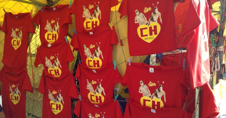 30.nov.2014 - Camisetas vendidas na porta do Estádio Azteca