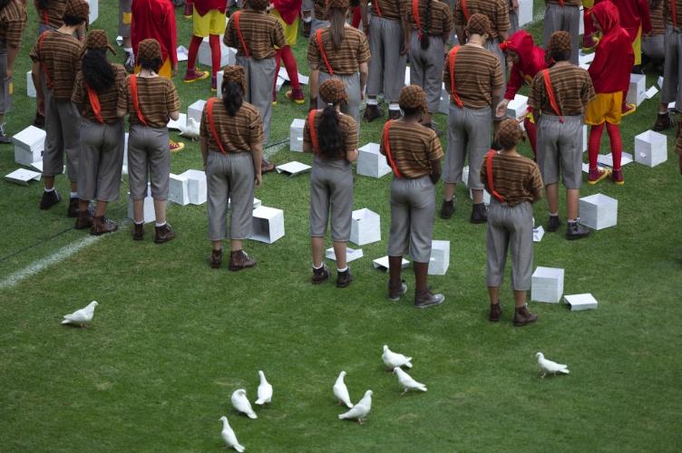 30.nov.2014 - Cerca de 100 crianças vestidas de Chaves e Chapolin abrem caixas e soltam pombas non gramado, mas infelizmente para Televisa, que transmitiu o evento ao vivo, a maioria delas desistiu de voar e posou no gramado mesmo