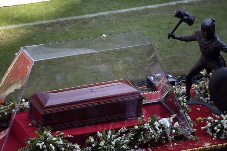 30.nov.2014 - Corpo de Roberto Bolaños chega ao Estádio Azteca e é recebido aos gritos e aplausos de milhares de fãs
