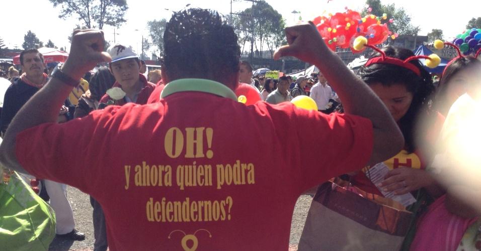 """30.nov.2014 - """"E agora, quem poderá nos defenderr?"""", diz a camiseta de fã no Estádio Azteca"""
