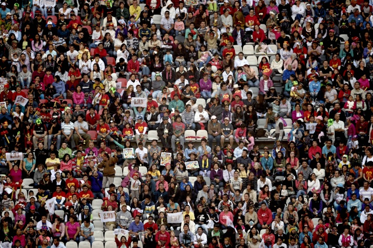 30.nov.2014 - Estádio Azteca, que tem capacidade para acomodar 150 mil pessoas, lota para a cerimônia de despedida de Roberto Bolaños, na Cidade do México