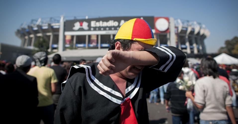 "30.nov.2014 - Fã ""chora"" como Quico ao chegar para a cerimônia de despedida de Roberto Bolaños, no Estádio Azteca, na Cidade do México"