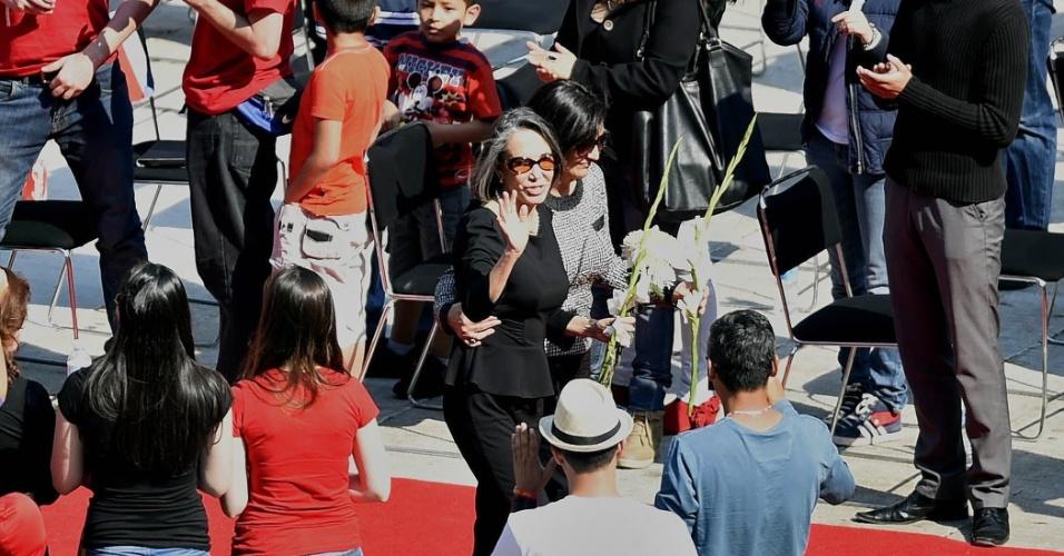 30.nov.2014 - Florinda Meza, viúva de Bolaños, é a primeira a depositar flores no gramado do Estádio Azteca. O gesto foi repetido, na sequência, pelos seis filhos. A pedido da Televisa, todos levaram flores para encher o gramado