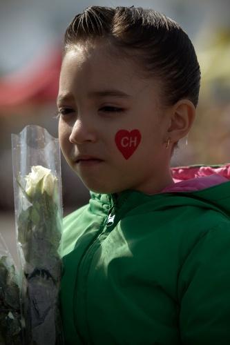30.nov.2014 - Menina leva flor branca para despedida de Bolaños, no Estádio Azteca