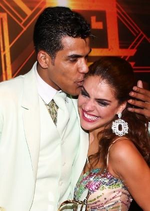 Paloma Bernardi chora abraçada a Marcello Melo Jr., nos bastidores