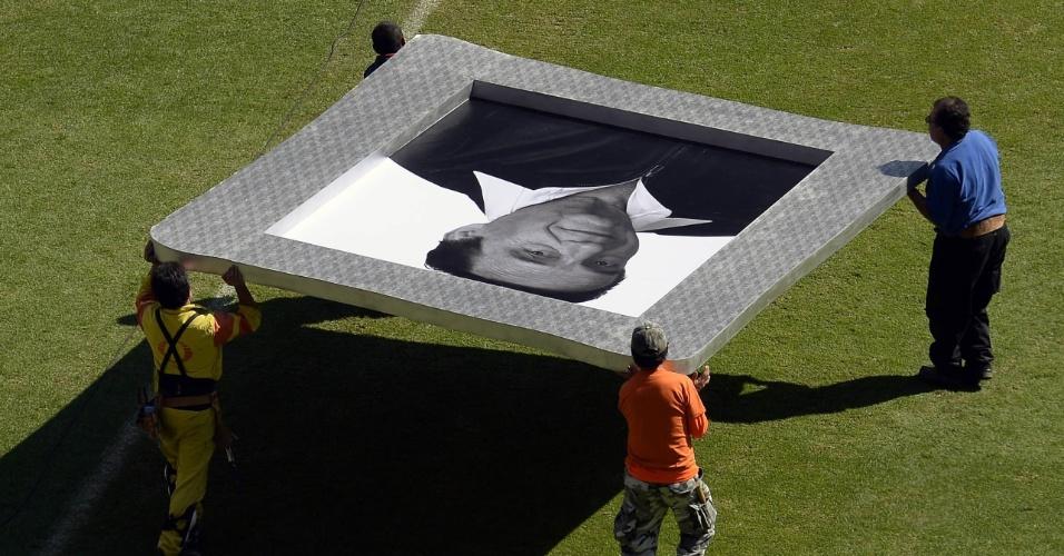 30.nov.2014 - Retrato gigante de Roberto Bolanõs é carregado no Estádio Azteca para o velório aberto ao público, na Cidade do México