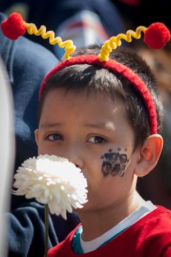 30.nov.2014 - Um pequeno Chapolin Colorado triste, na cerimônia aberta ao público de despedida de Bolaños, na Cidade do México