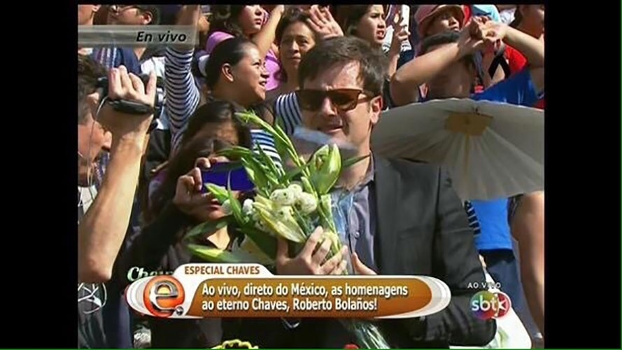 """30.nov.2014 - Vesgo, repórter do """"Pânico"""", aparece na transmissão ao vivo da cerimônia de despedida de Roberto Bolaños, no Estádio Azteca"""