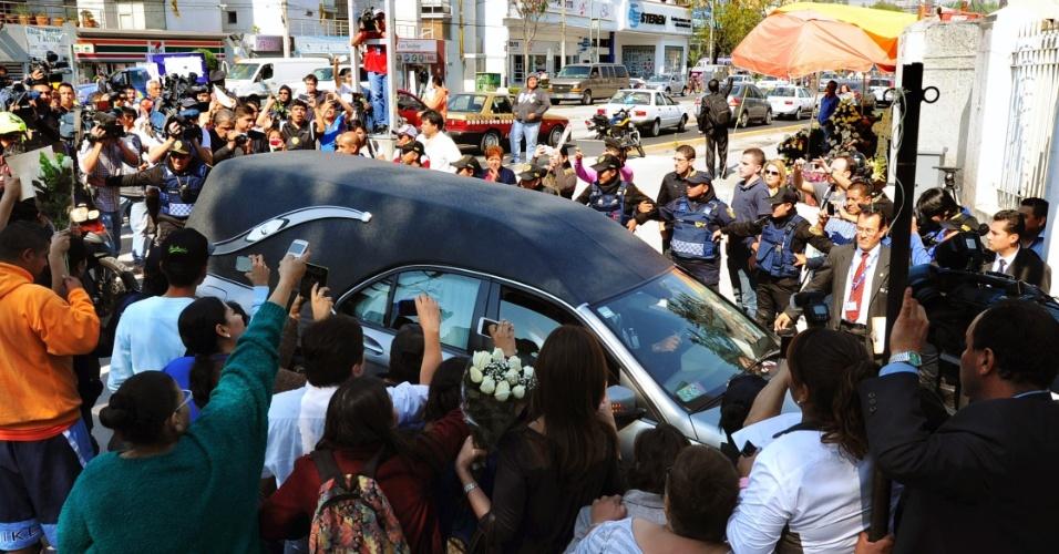 1.dez.2014 - Fãs acompanham a chegada do corpo de Roberto Bolaños ao Panteón Francés de la Piedad, na Cidade do México