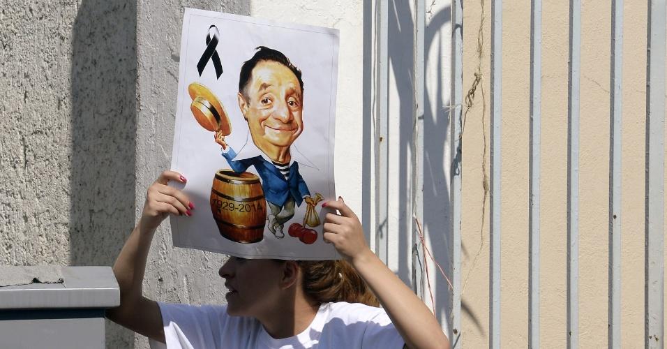 1.dez.2014 - Fãs homenageia Roberto Bolaños na porta do Panteón Francés de la Piedad, na Cidade do México, onde o ator foi enterrado