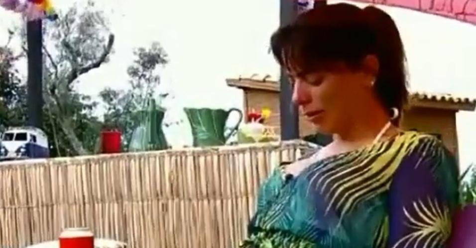 """29.nov.2014 - Heloisa Faissol se isola e chora, dizendo ter sido usada por participantes, durante a festa Surf de """"A Fazenda 7"""""""