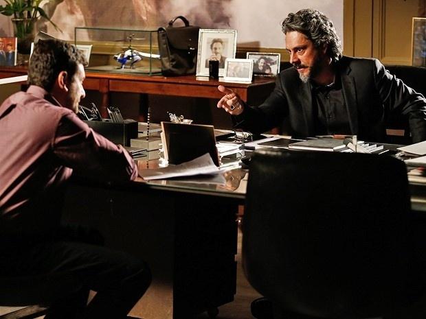 José Alfredo (Alexandre Nero) planeja um jeito de pegar a pedra de volta sem dormir com a vilã
