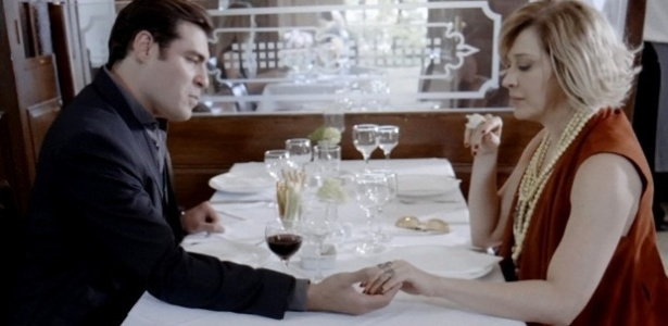 Médico quer se unir a falsa vidente para separar casal formado por Laura e Caíque