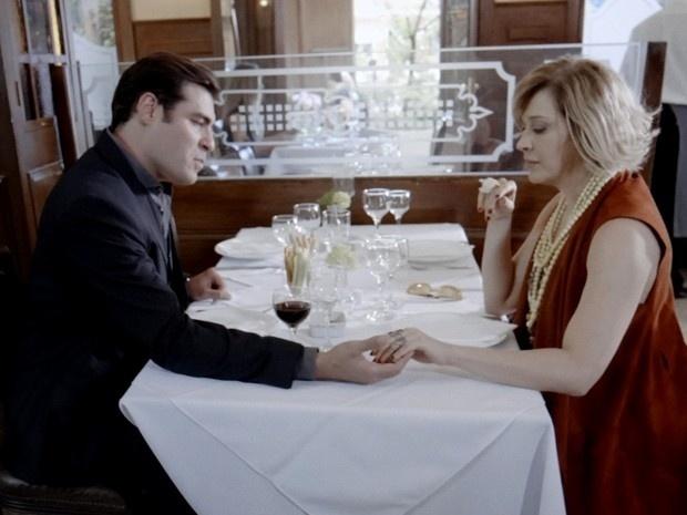 Marcos (Thiago Lacerda) propõe se unir a Samantha (Claudia Raia) para separar casal