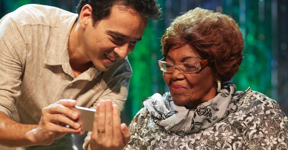 O produtor Afonso Carvalho e Dona Ivone Lara durante gravação do projeto 'Sambabook' em homenagem à cantora, na Cidade das Artes, no Rio de Janeiro.