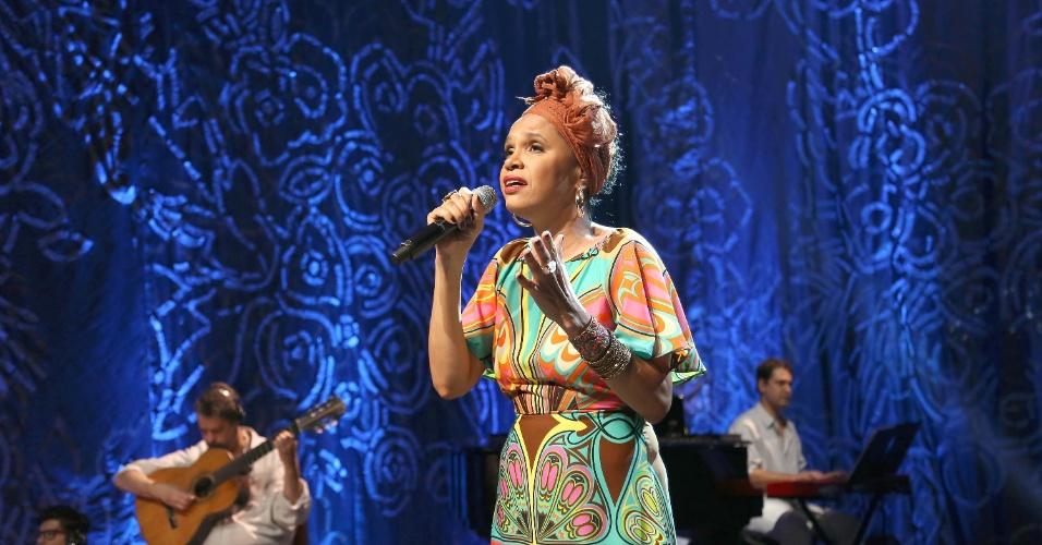 """Teresa Cristina canta durante a gravação do """"Sambabook"""" em homenagem à cantora e compositora Dona Ivone Lara"""