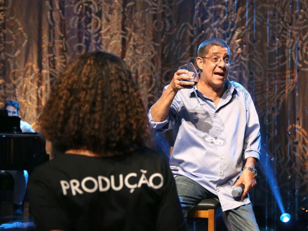 """Zeca Pagodinha bebe uma taça de vinho durante a gravação do """"Sambabook"""" em homenagem a Dona Ivone Lara, no Rio"""