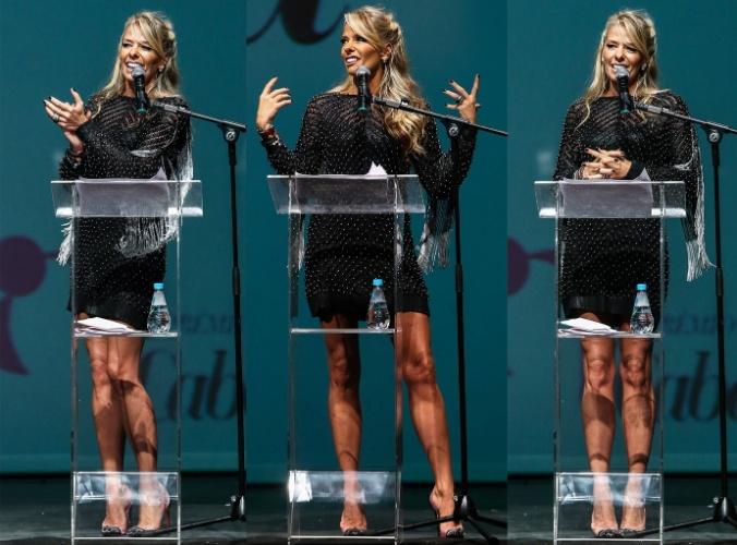"""1.dez.2014 - Adriane Galisteu mostra as pernas na 5° edição do """"Prêmio Cabelos & Cia"""", no teatro Bradesco, no Shopping Bourbon, zona oeste de São Paulo."""