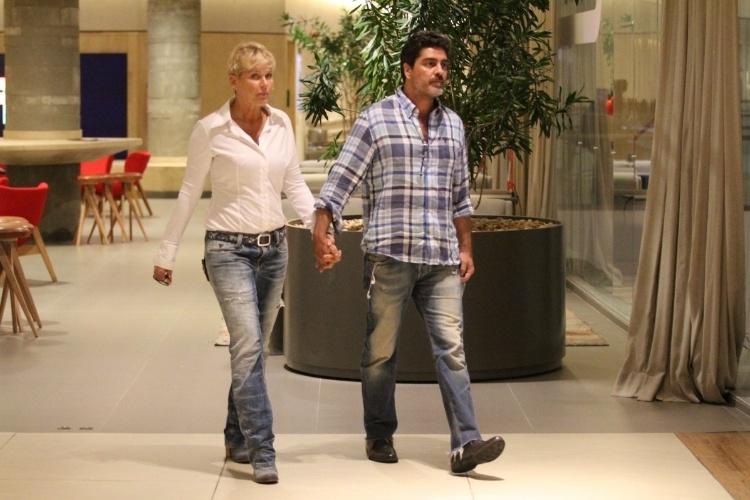 1.dez.2014 - O casal Xuxa e Junno Andrade é fotografado chegando ao cinema no Shopping da Barra, na zona oeste do Rio de Janeiro, na noite desta segunda-feira