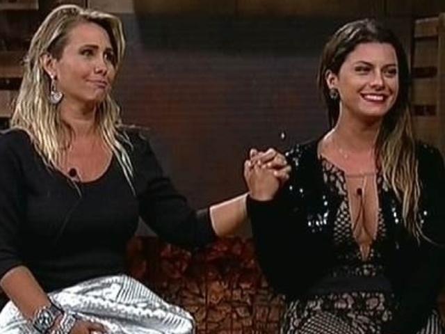 """2.dez.2014 - Andréia Sorvetão e Babi Rossi aguardam o resultado da votação que define a 13ª eliminada de """"A Fazenda 7"""""""