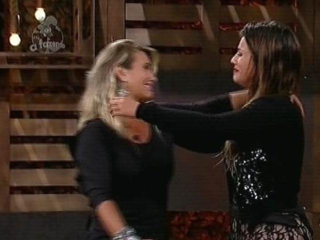 """2.dez.2014 - Babi Rossi recebe 75,60% dos votos para continuar em """"A Fazenda 7"""" e Andréia Sorvetão é eliminada do reality show"""