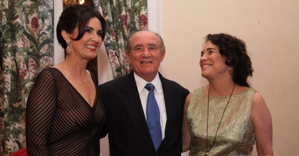 2.dez.2014 - Fátima Bernardes, Renato Aragão e Regina Duarte se unem na cerimônia de premiação do evento