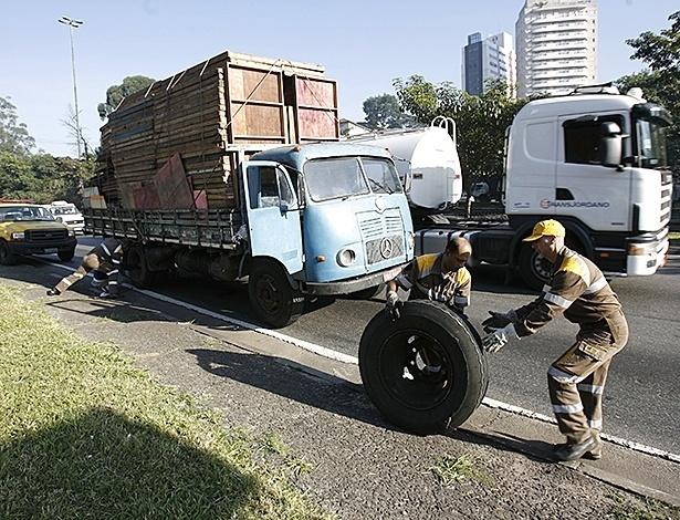 Caminhões velhos estão mais sujeitos a problemas mecânicos e quebras, que atravancam o trânsito; além disso, gastam mais combustível e poluem muito mais - Moacyr Lopes Junior/Folhapress