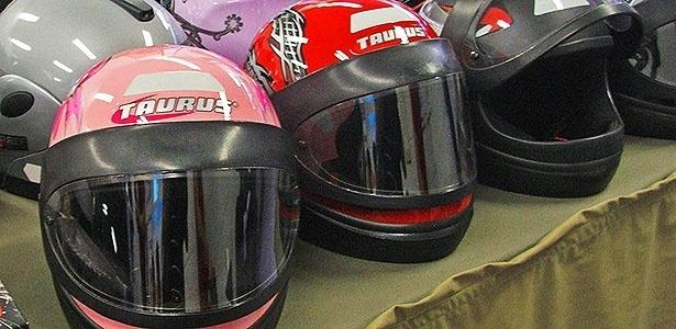 """Motociclistas mais experientes chegam a fazer """"coleção"""" de capacetes usados em casa"""