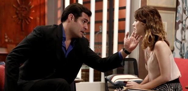Cheio de segundas intenções, Marcos (Thiago Lacerda) entrega a Laura (Nathalia Dill) um envelope com informações que podem ajudá-la