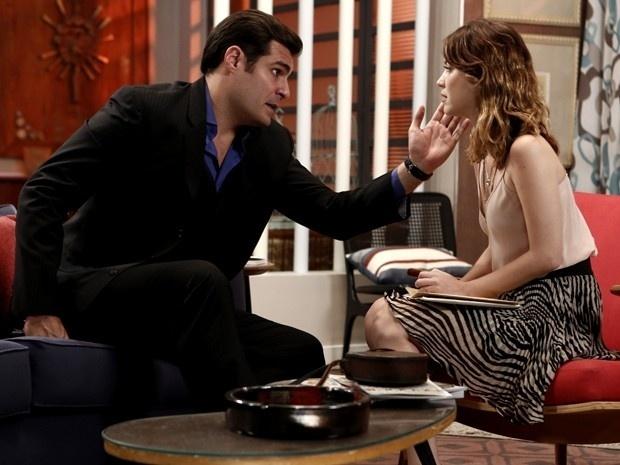 Cheio de segundas intenções, Marcos (Thiago Lacerda) entrega a Laura (Nathalia Dill) um envelope com informações que podem ajudá-la a encontrar sua mãe em