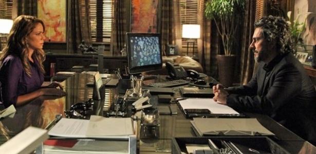Cristina (Leandra Leal) fica curiosa com a revelação do Comendador (Alexandre Nero)