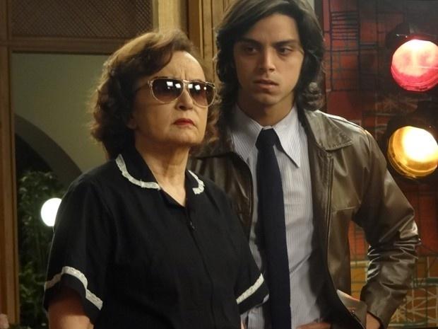 Odete (Joana Fomm) se disfarça de empregada para tentar deixar a mansão