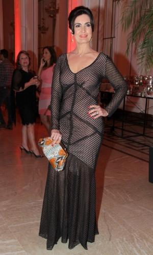 2.dez.2014 - A apresentadora Fátima Bernardes exibe seu figurino na cerimônia de premiação do evento
