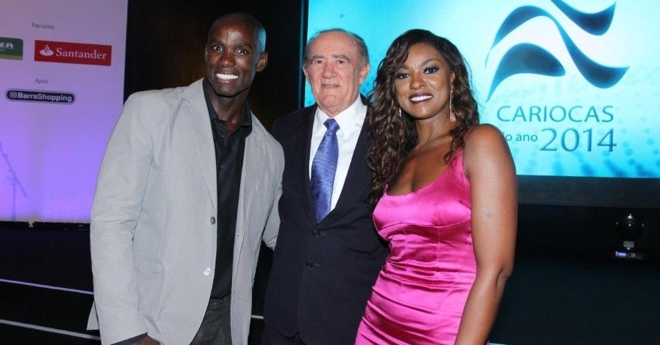 2.dez.2014 - Cris Vianna e o namorado, Luiz Roque, tietam Renato Aragão, o Didi, na cerimônia de premiação do evento