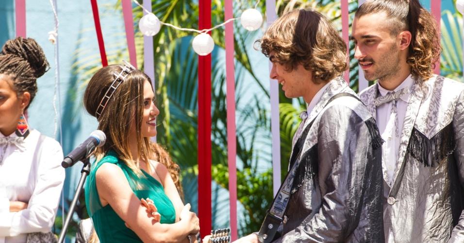 A jovem conhece Pedro (Rafael Vitti) na festa do casamento de sua irmã